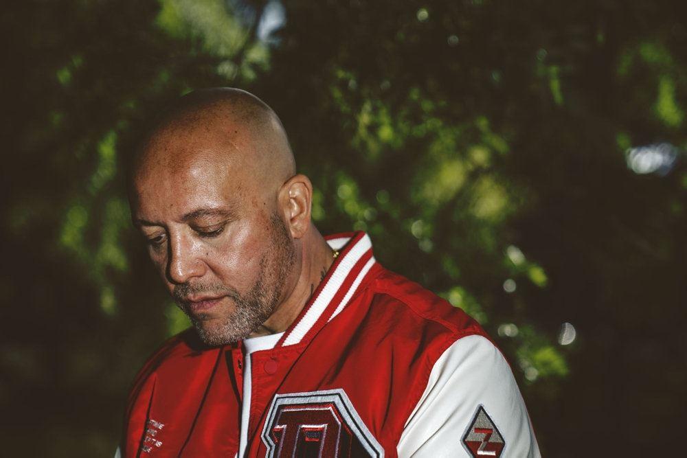 en mand i rød-hvid skindjakke