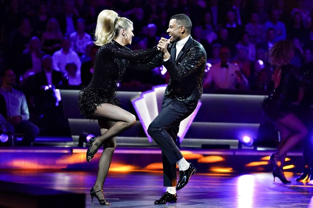 to dansere på et gulv