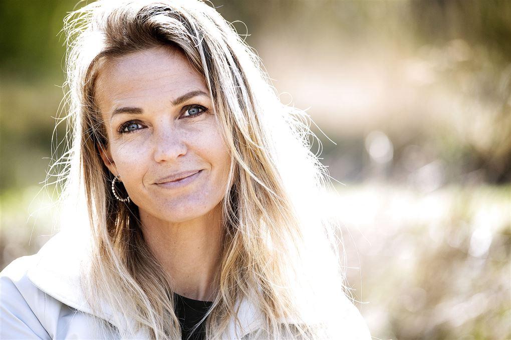 Portræt af Tina Lund i solskin med udslået hår.