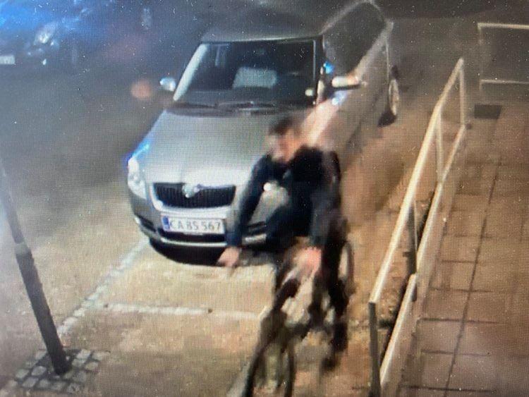 Screendump fra overvågningsvideo manden, der er klædt i sort er meget utydelig.