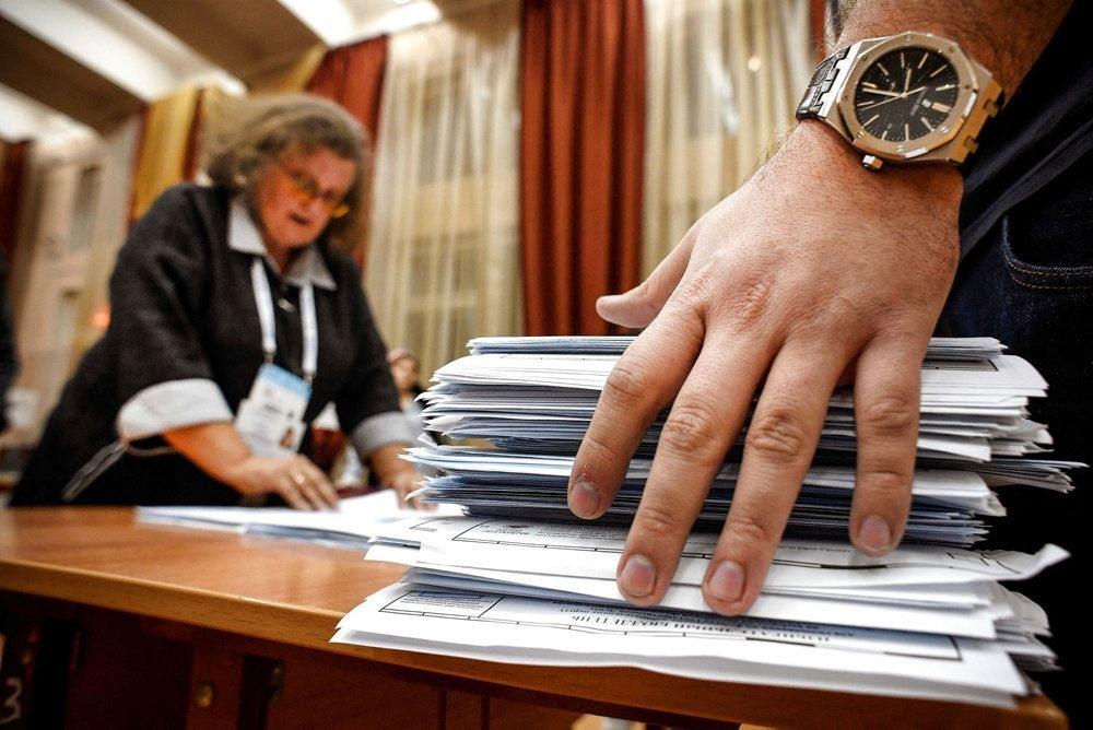 stemmesedler og en valgtilordnet