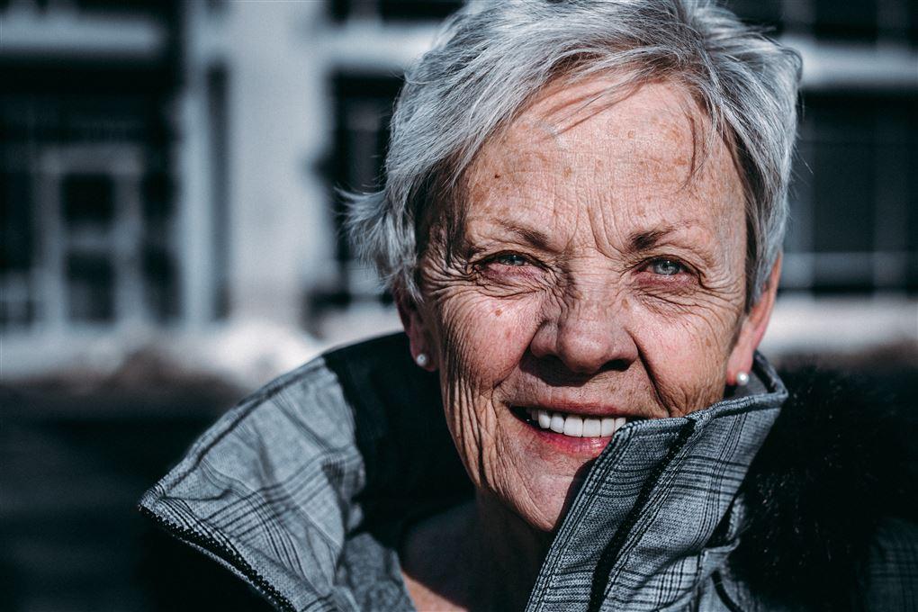 En ældre dame smiler