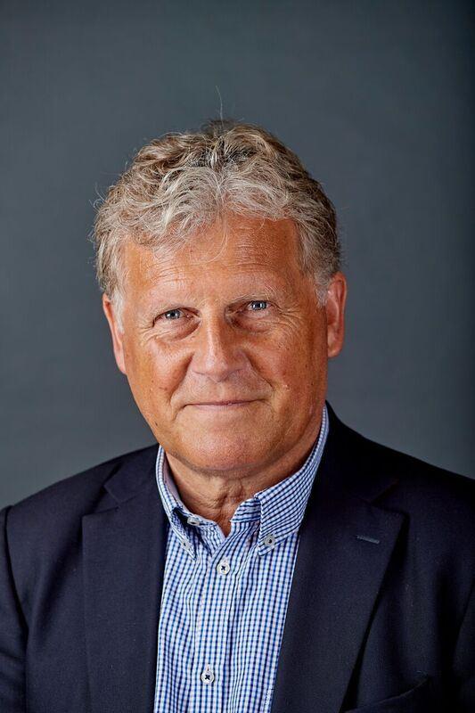 Portræt af en gråhåret smilende mand