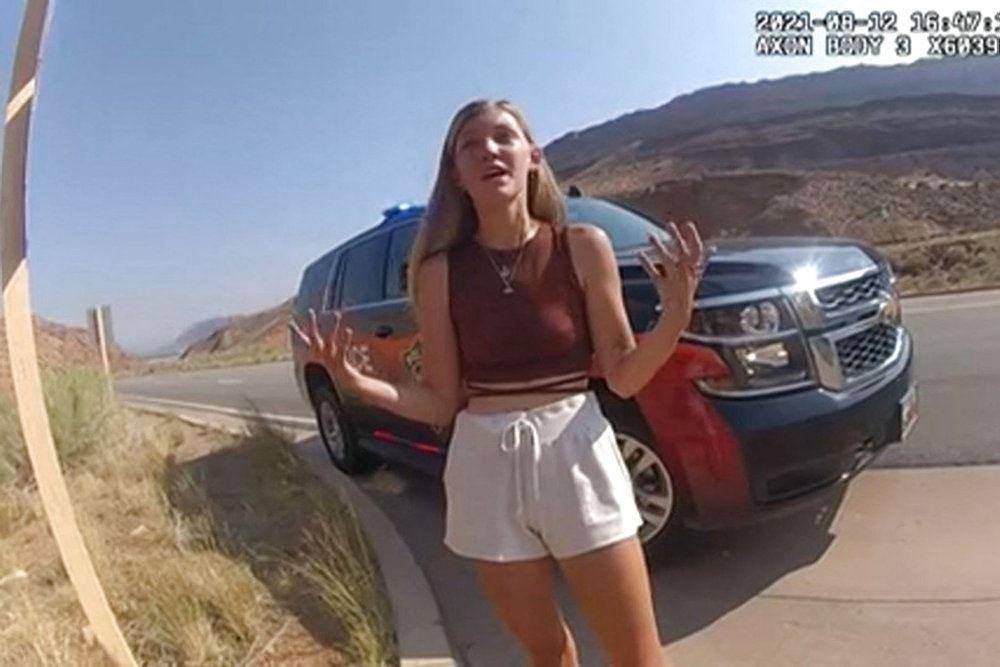 kvinde står foran bil
