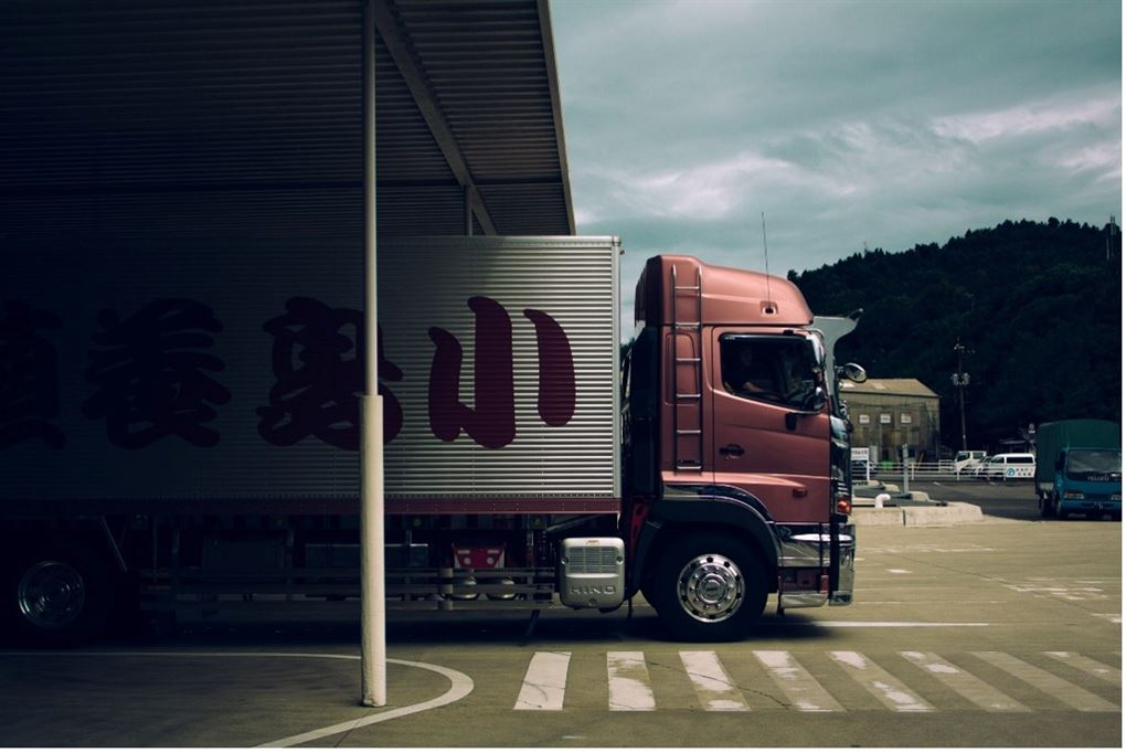 Lastbil ved lagerhal