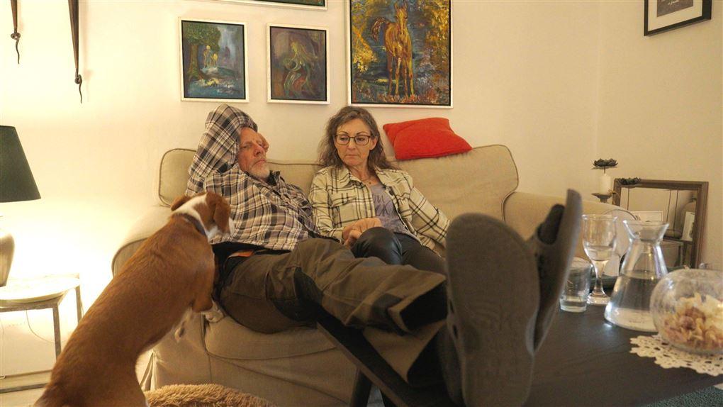 et ældre par i en sofa