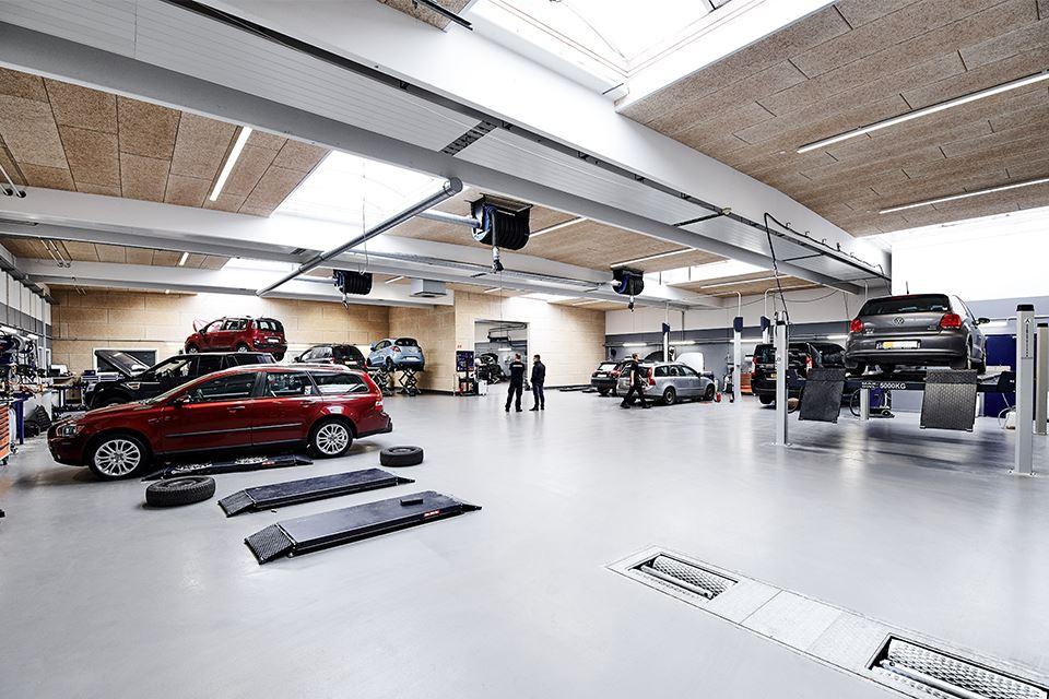 Biler på værksted