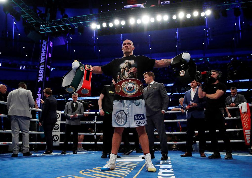 En man i en boksering strækker armene ud
