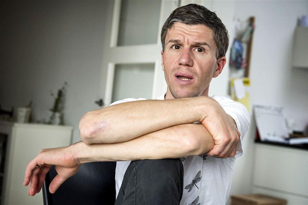 Chris Anker Sørensen sidder med den ene arm over den anden og taler.