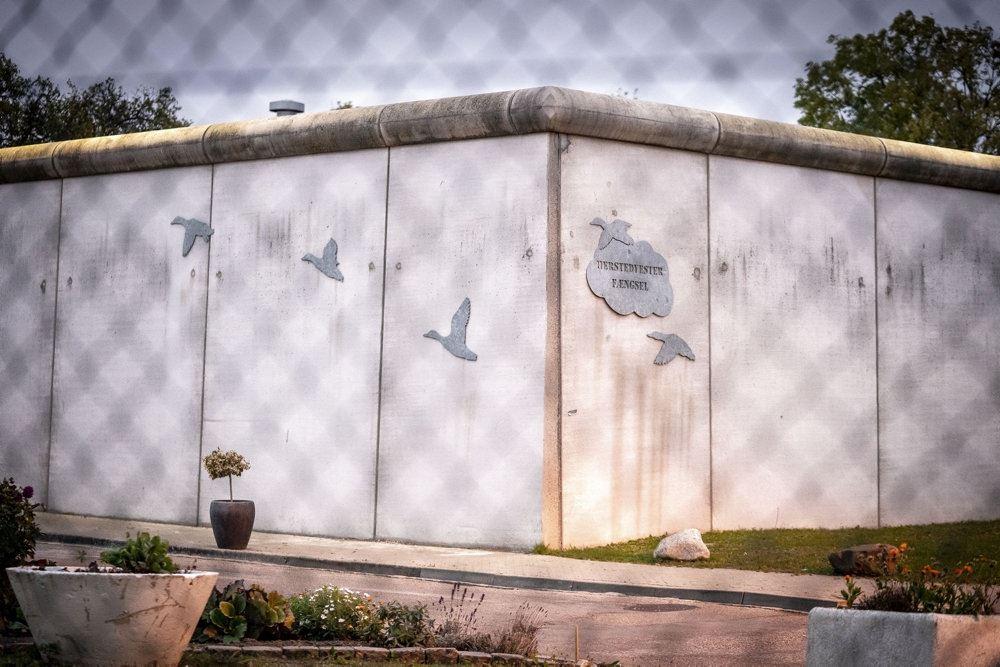 Herstedvester Fængsel set udefra igennem hegnet