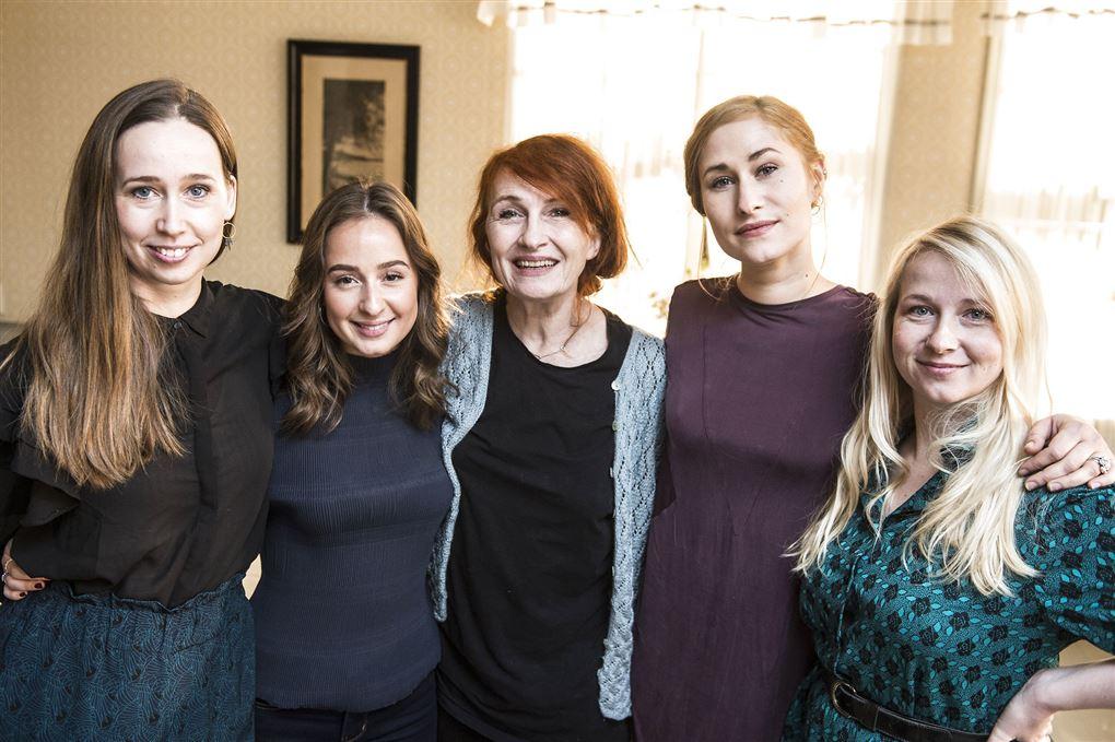 """Alle de kvindelige skuespillere fra """"Badehotellet"""" fotograferet i kulisserne med ikke i kostumerne."""