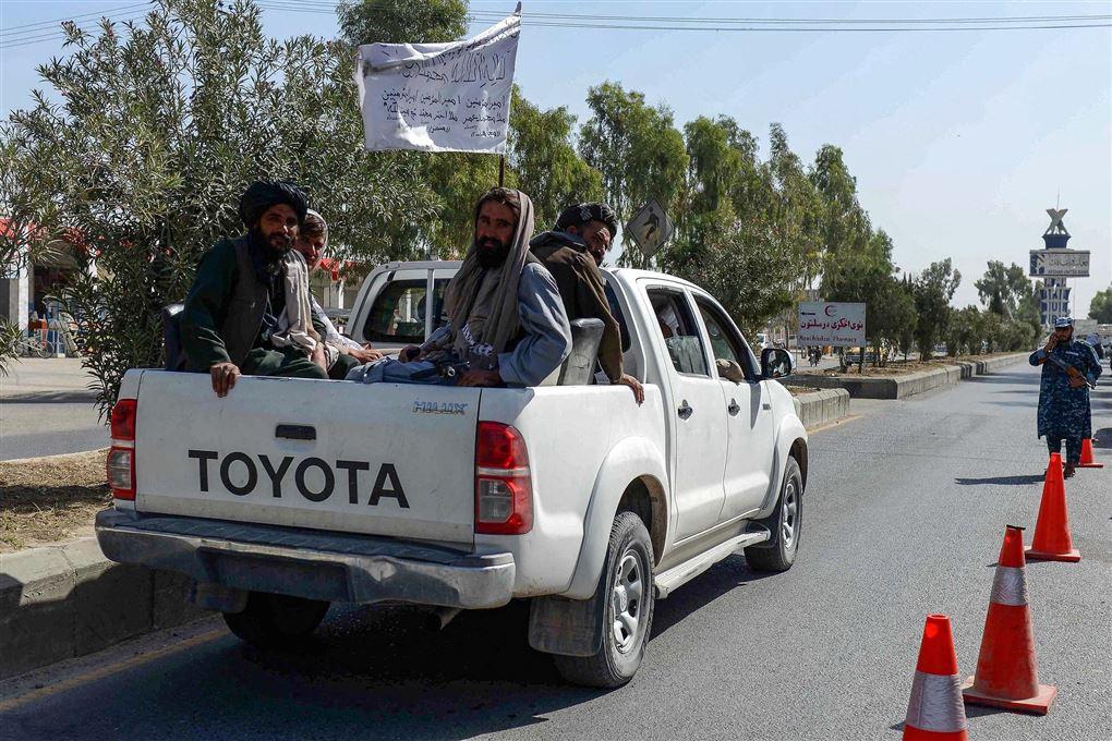 bil med talibankrigere på ladet