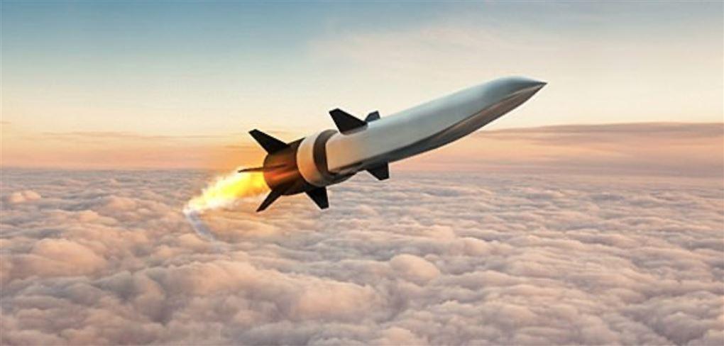 En missil over skyerne