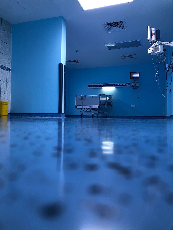 En tom hospitalsstue lyst op af blåt nattelys