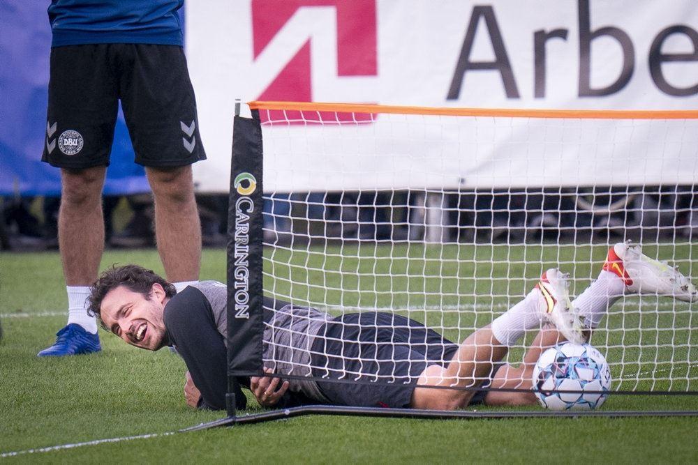 Thomas Delaney ligger ned i et lillebitte fodboldmål under en træning.