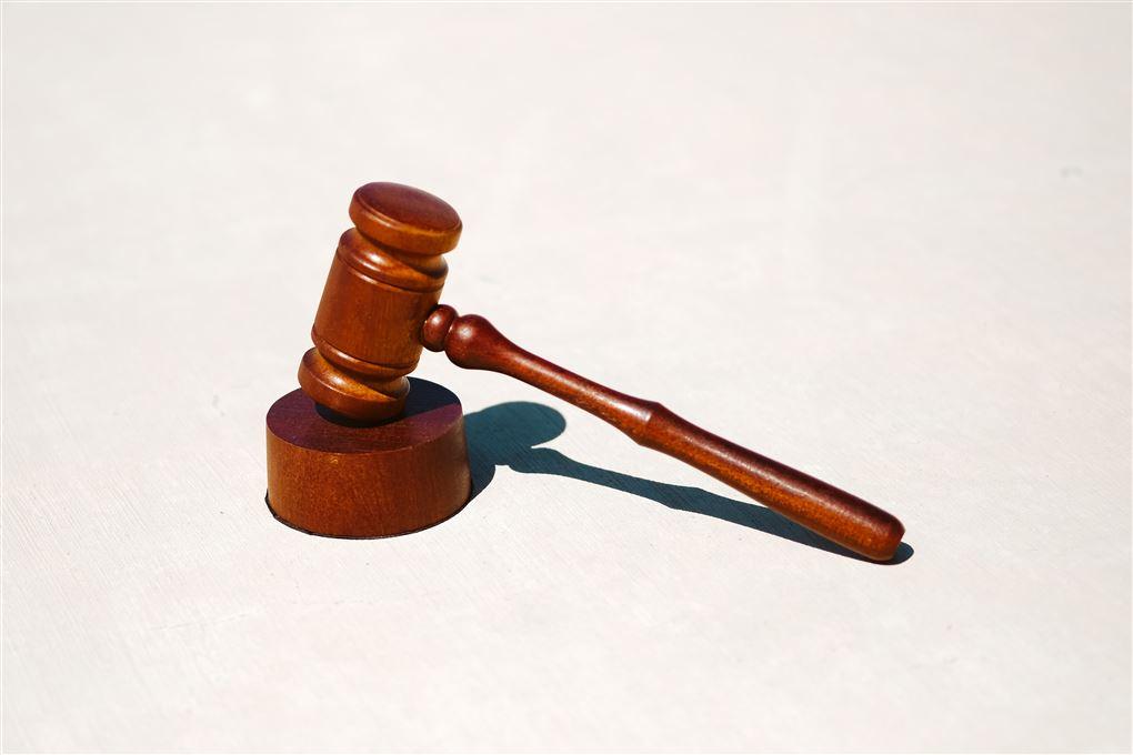 En dommerhammer der ligger på en træting.