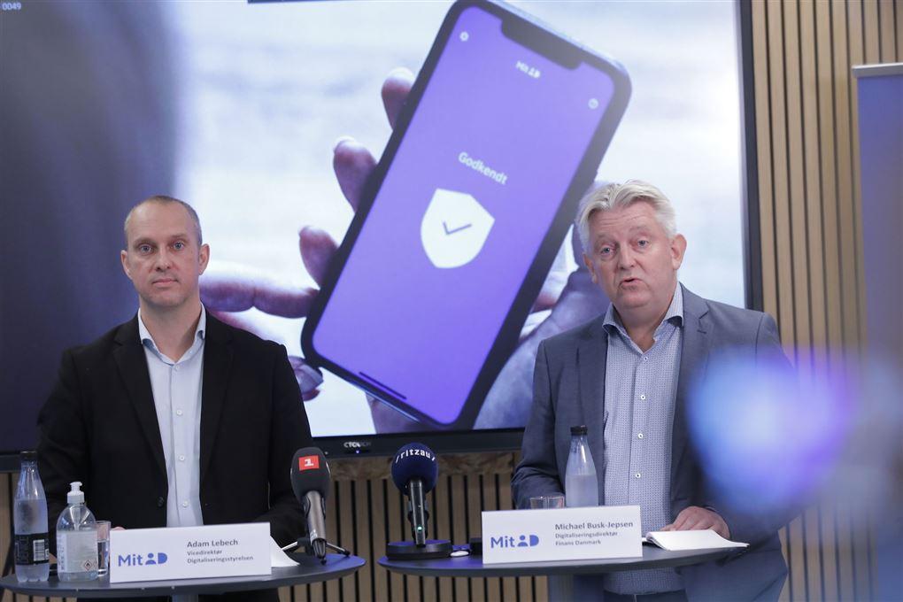 to mænd taler på pressemøde