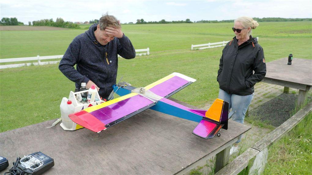 en mand og en kvinde ved et modelfly