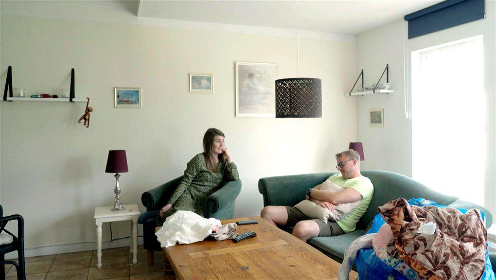 et yngre par i en sofa