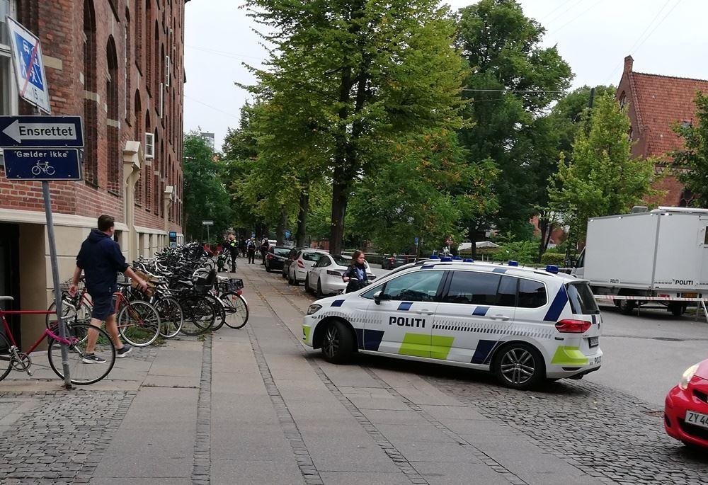 politibil holder på vej