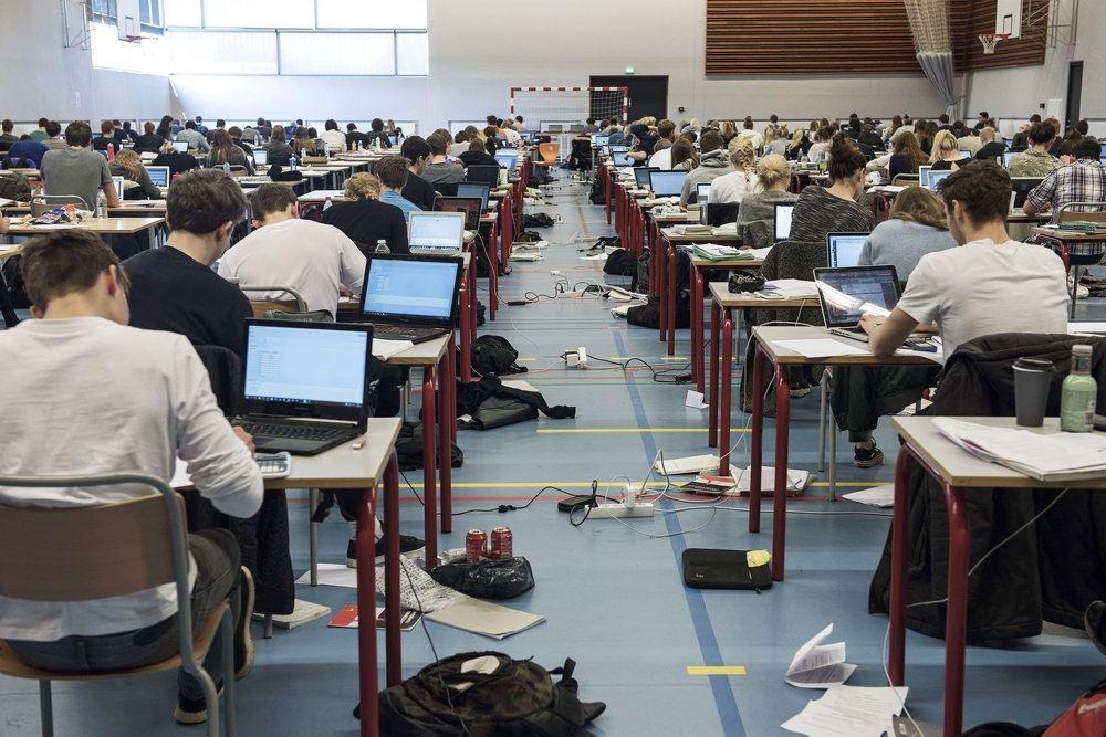en masse elever skriver til en eksamen