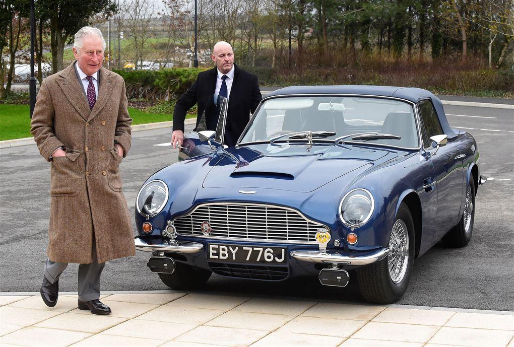 prins charles går ved siden af blå bil
