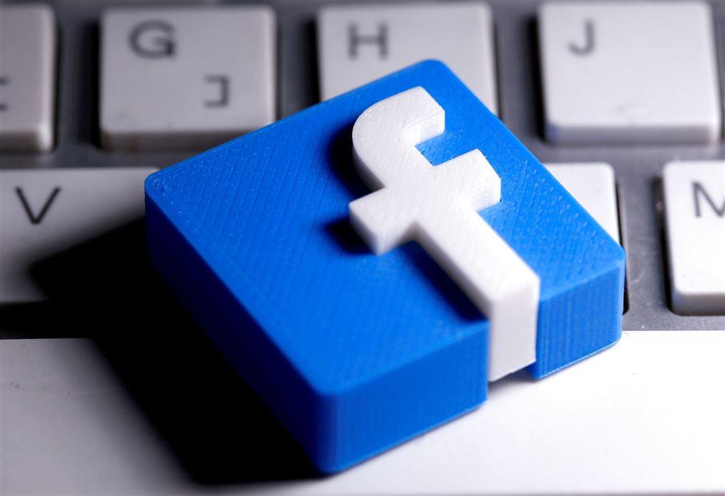 3D-printet facebook-logo ligger på keyboard