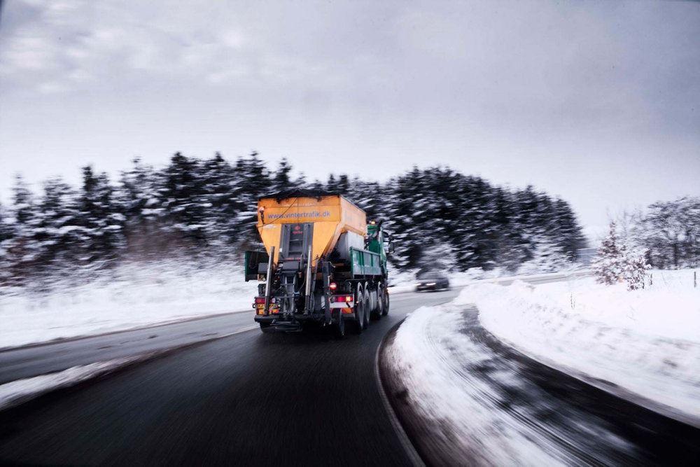 saltspreder på snedækket vej