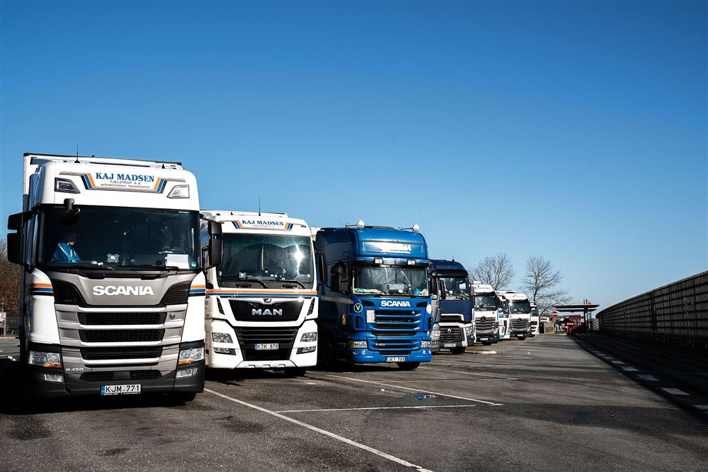 En række lastbiler på en rasteplads.