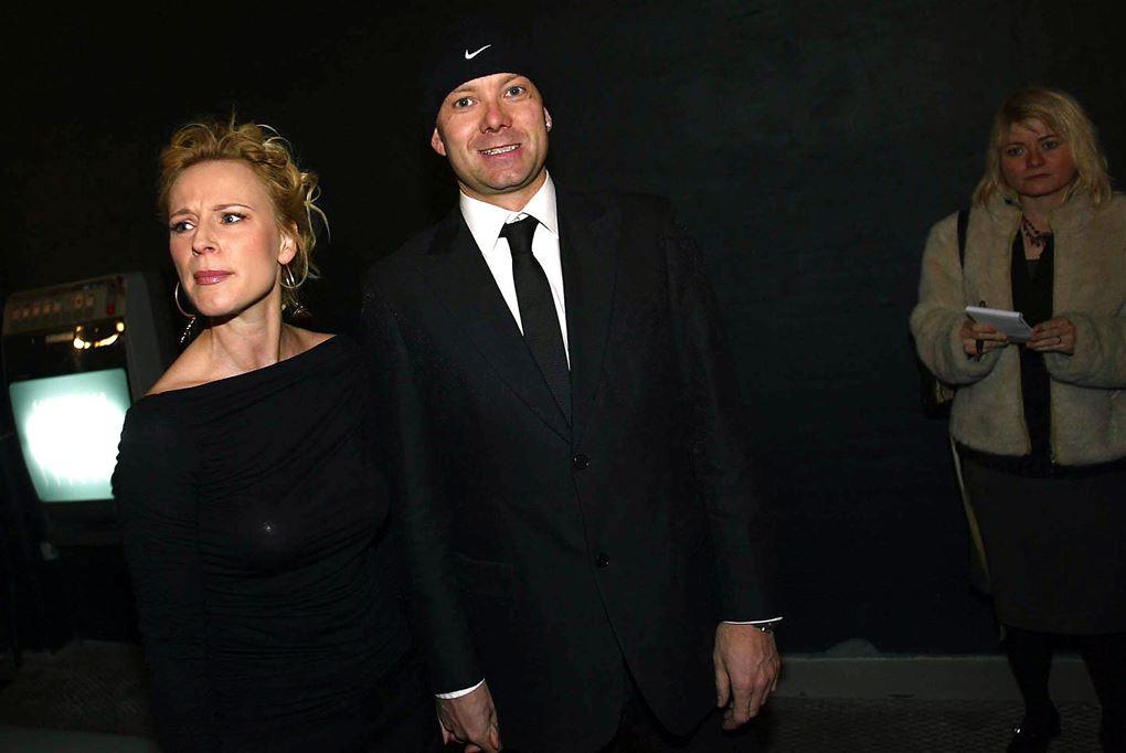 Iben Hjejle og Casper Christensen på den røde løber. Hun kigger den ene vej. Han kigger den anden.