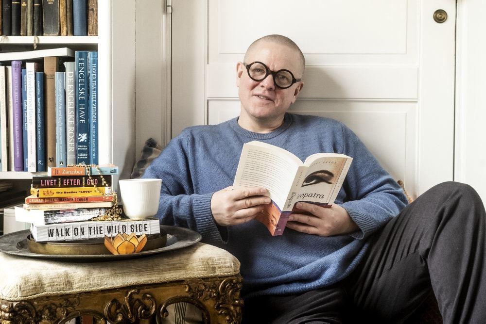 Komikeren med briller og en bog