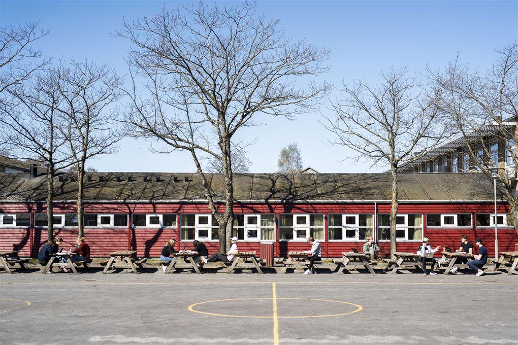 rød bygning set på afstand