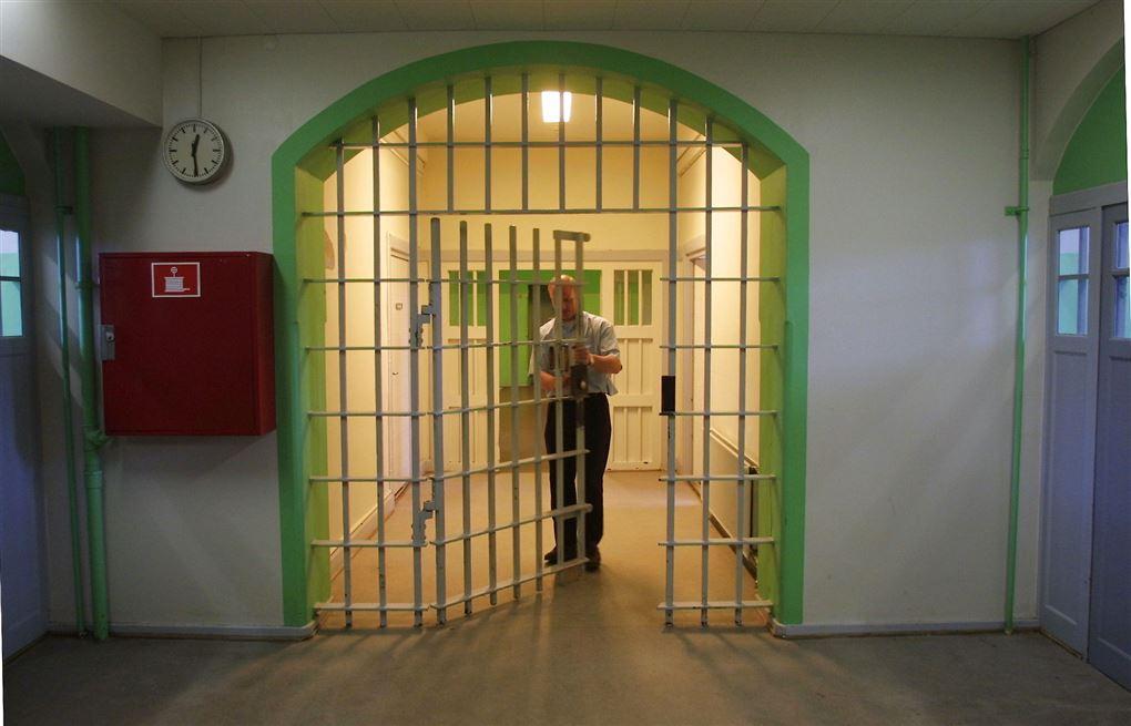 fængselsbetjent lukker port i fængsel