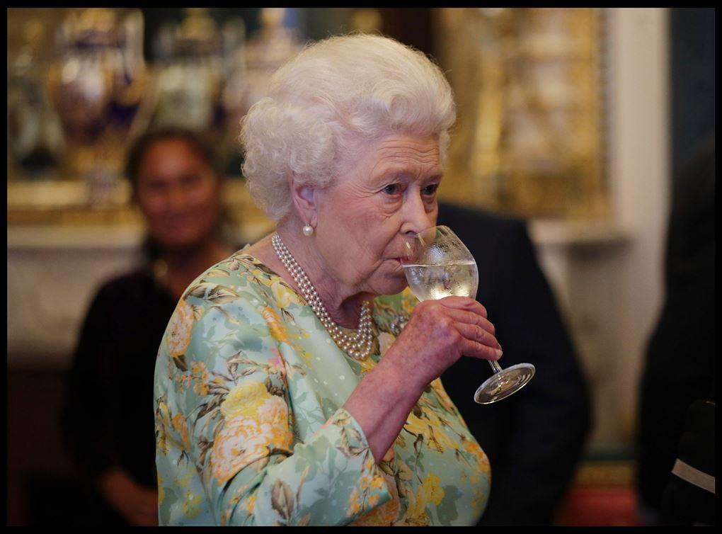 Dronningen nipper til et glas