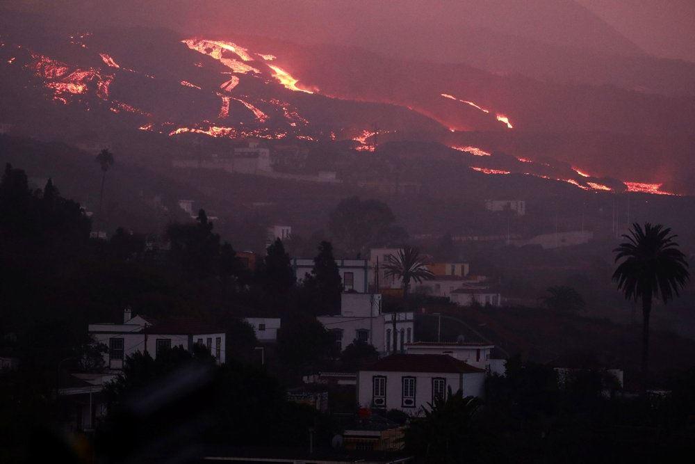 brændende lava flyder fra vulkan
