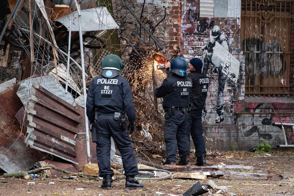 Politi ved et besat hus