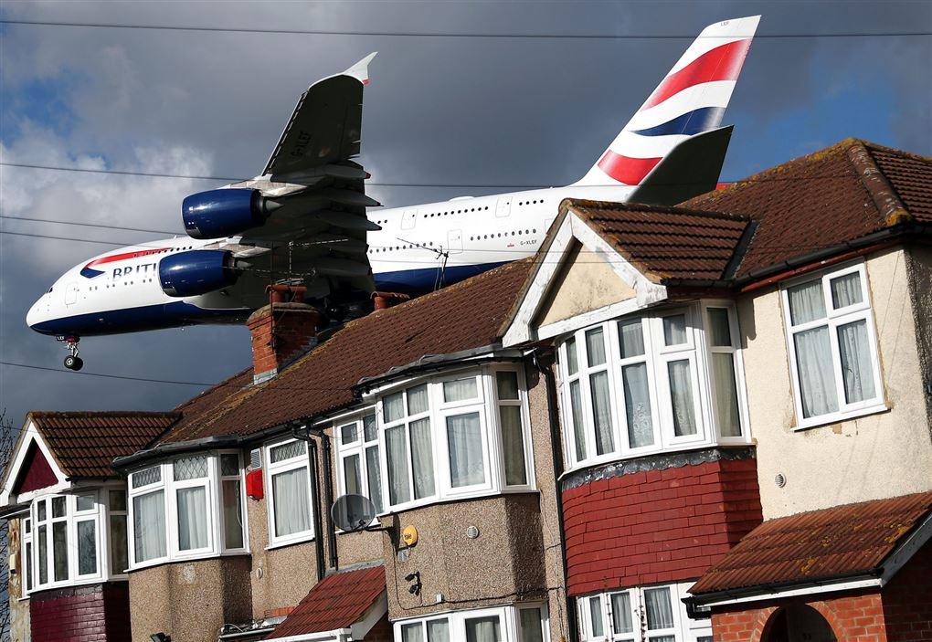 et fly tæt på nogle små huse
