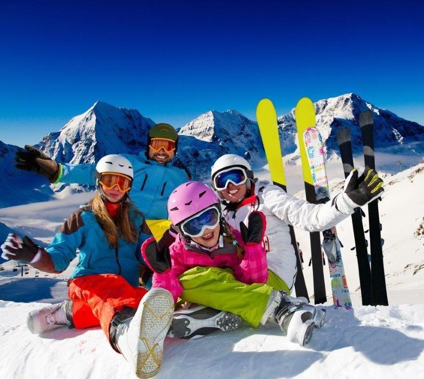 En familie med ski