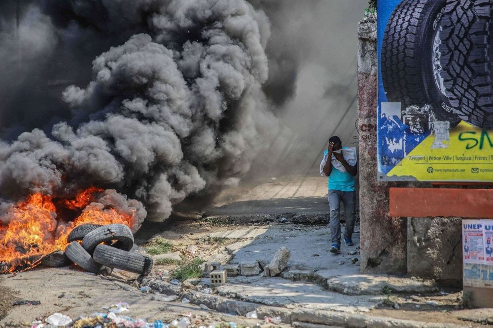 mand går på gade med røg og ild