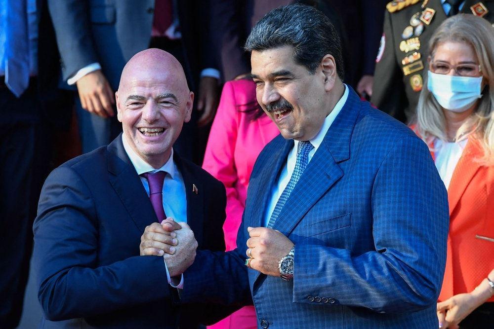 to mænd i jakkesæt griner