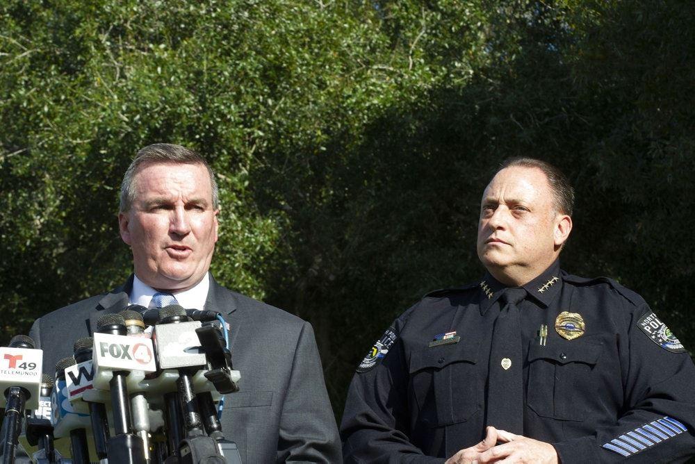 To midaldrende politimænd taler ved et pressemøde