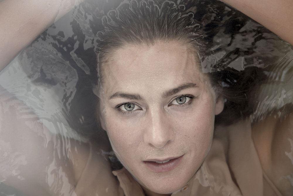Portræt af gråhåret dame