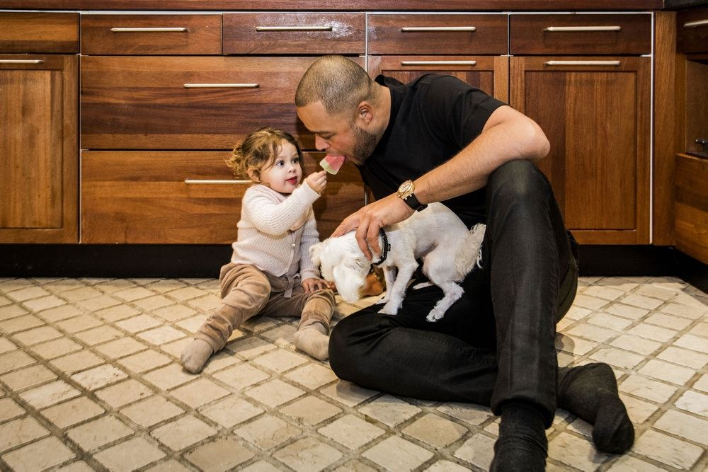 remee sidder på gulvet med sin datter