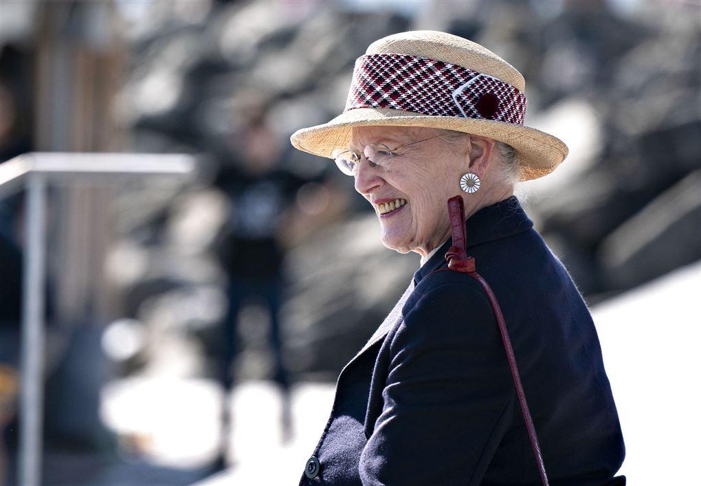 Dronning Margrethe i profil med lys hat