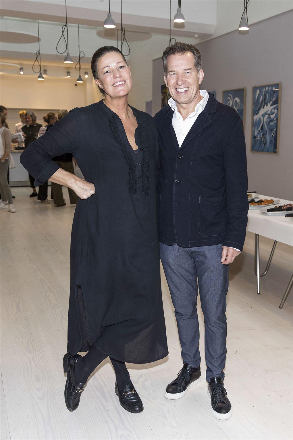Mette Blomsterberg og hendes mand med armene om hinanden og store smil